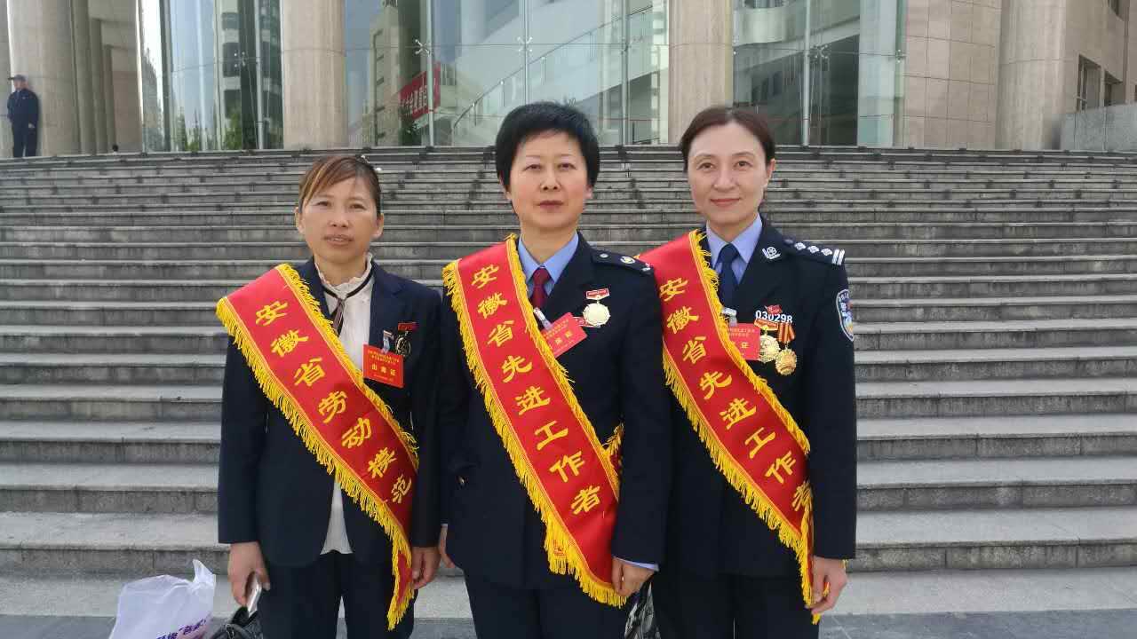 余春枝(左一)获得省劳动模范后与先进代表们一起合影.jpg