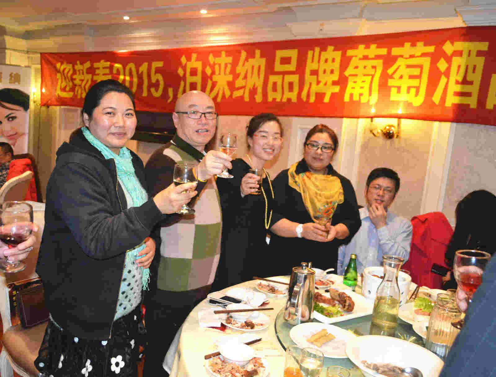 无锡农贸公司董事长宋秀萍(左一)与好友企业家们也参加了品鉴会 吴礼明 摄.jpg