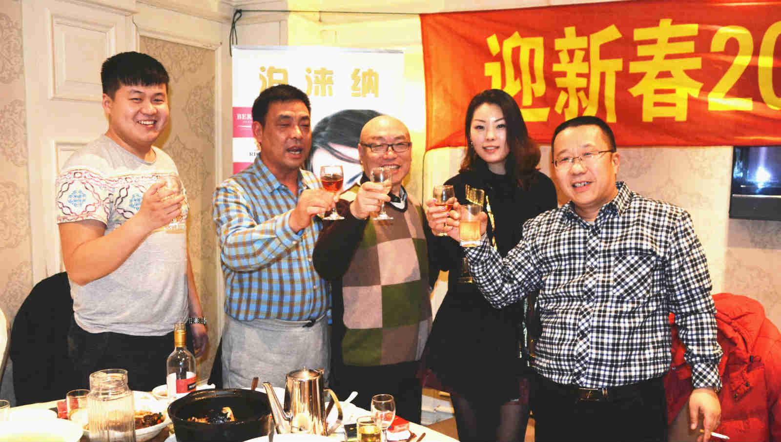 内蒙古乌海企业家熊森林(左二)与好友企业家们也参加了品鉴会 吴礼明 摄.jpg