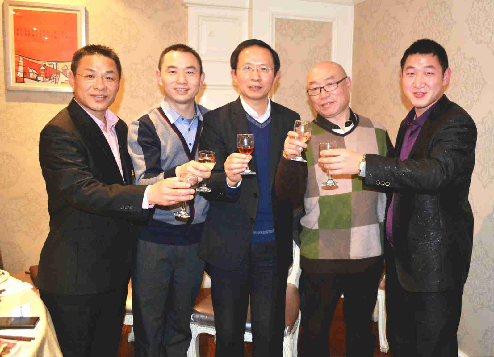 安理护国际(香港)企业发展有限公司总裁张文译(右二)与好友企业家们也参加了品鉴会 吴礼明 摄.jpg